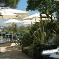 Un restaurant d'entreprise sur une terrasse verdoyante