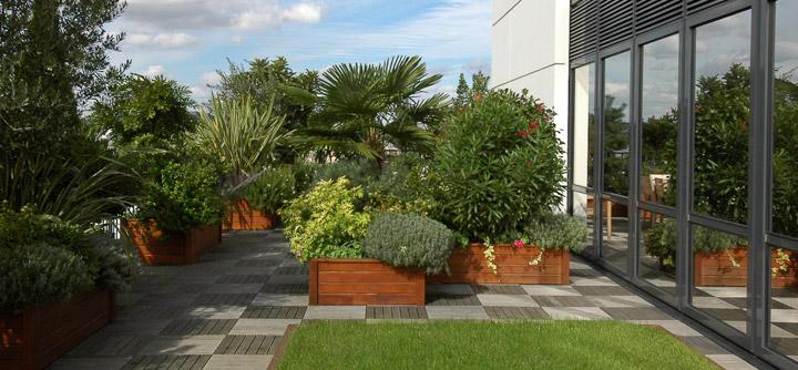 Un jardin suspendu pour une terrasse d'entreprise