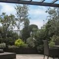 Une terrasse à la végétation fournie et variée