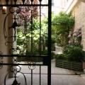 Une entrée accueillante sur une cour verdoyante